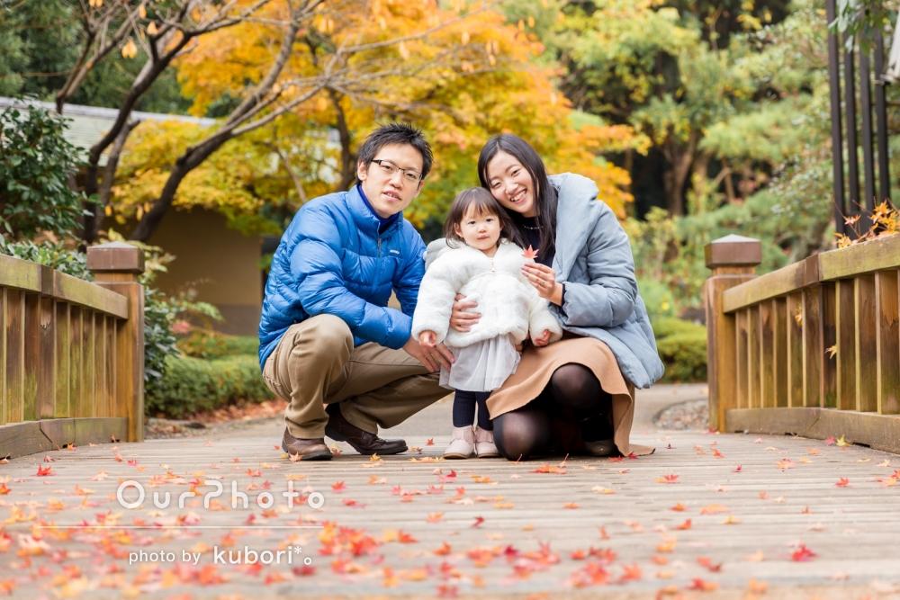 「私たち親も笑顔」紅葉の中で家族写真の撮影