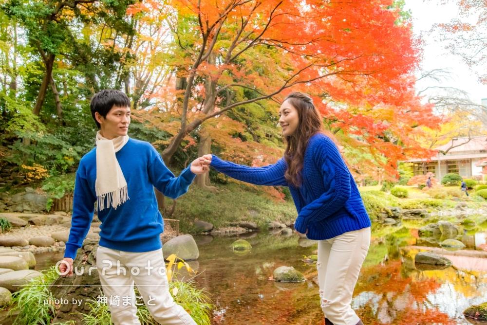 「適切なリードと確かな技術」紅葉最盛期の公園でカップル写真の撮影
