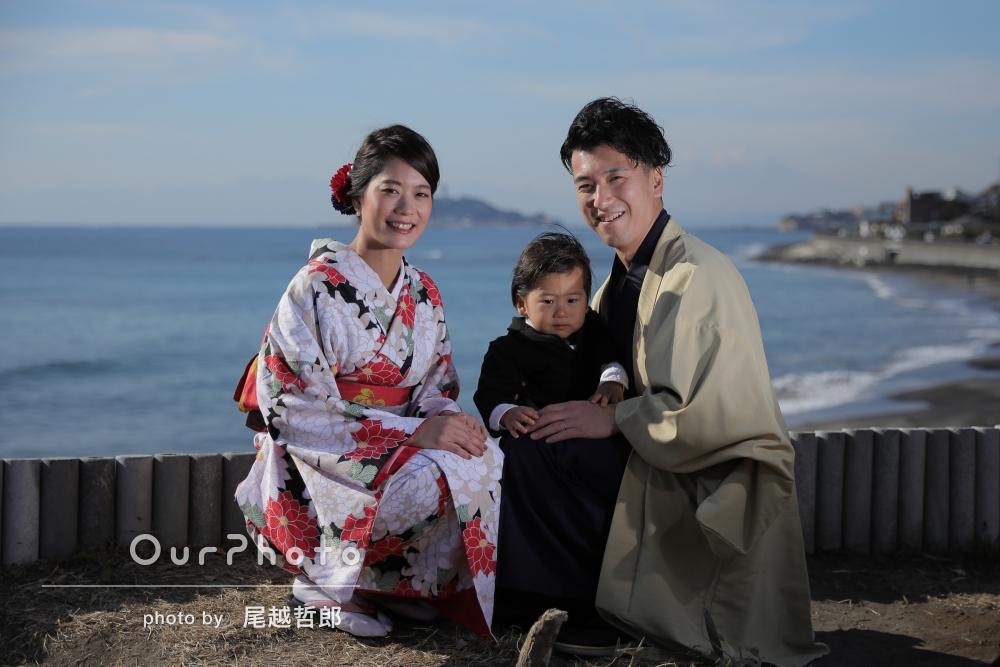 和装して、青い海と空をバックに家族写真の撮影
