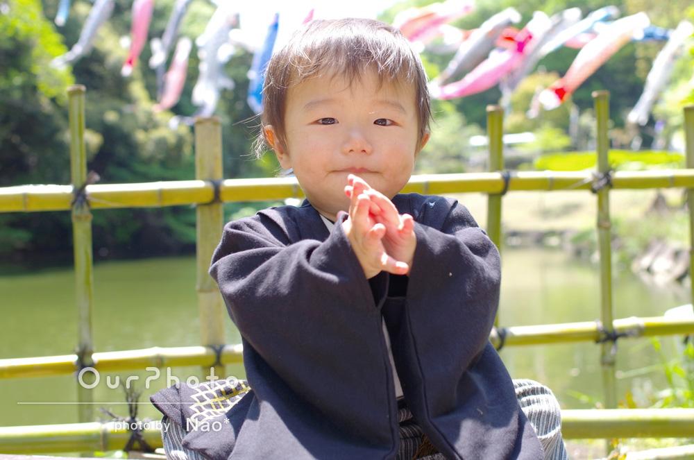 「ロンパースを着て、鯉のぼりのあがる公園で初節句の記念に」初節句の家族写真