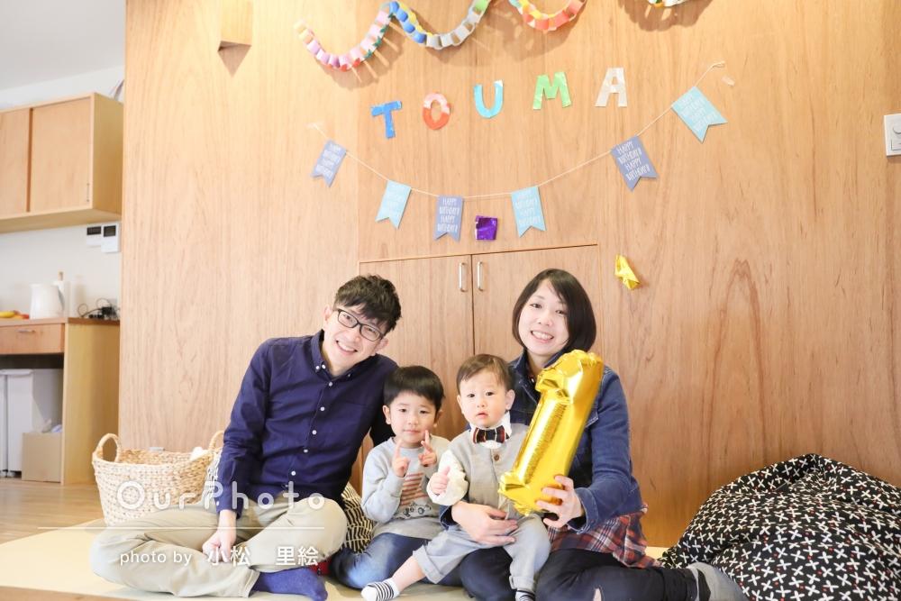 ご自宅でお子様の初誕生日のお祝いの撮影