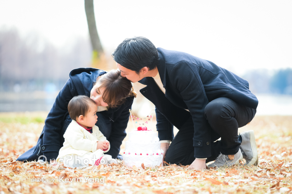 冬の公園で1歳誕生日記念に家族写真の撮影