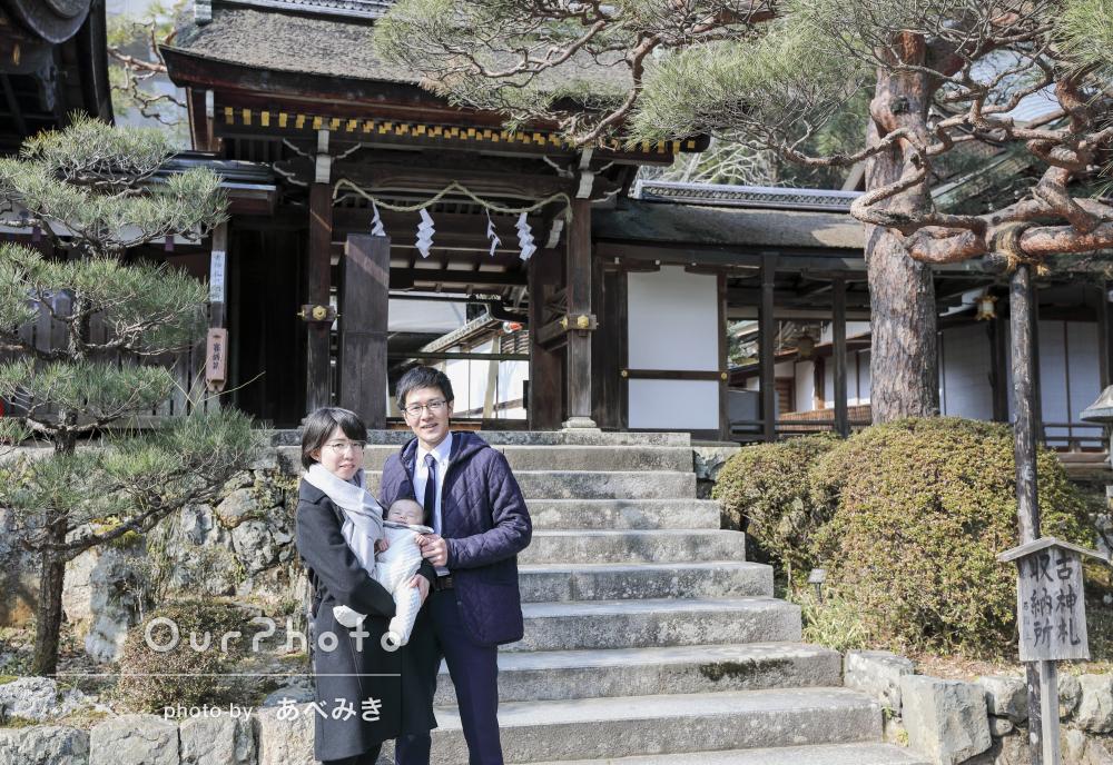 自然豊かな神社で、お宮参りの撮影