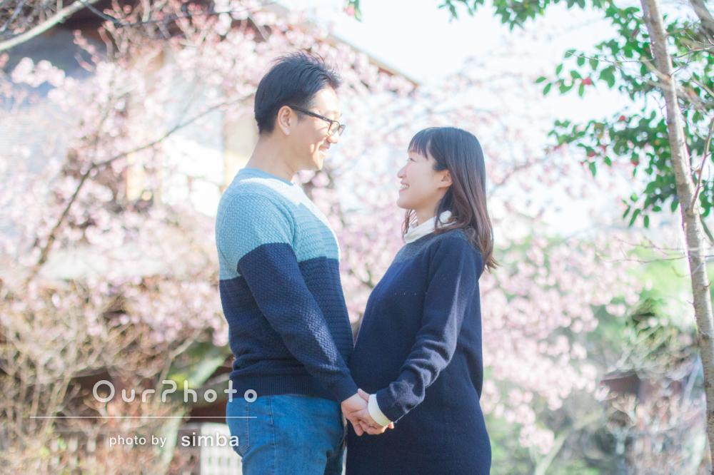 ふんわり幸せ、桜の下で明るいマタニティフォトの撮影