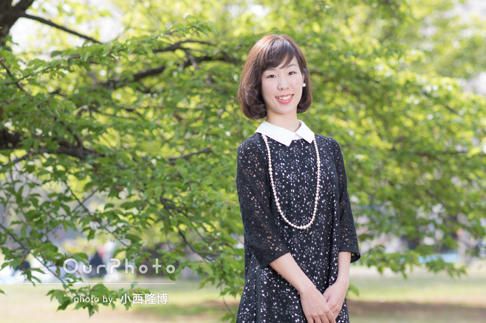 新緑が綺麗な公園で女性プロフィール写真の撮影