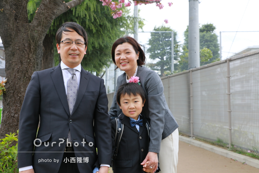 「リラックスした感じで」入学式後に記念の家族写真の撮影