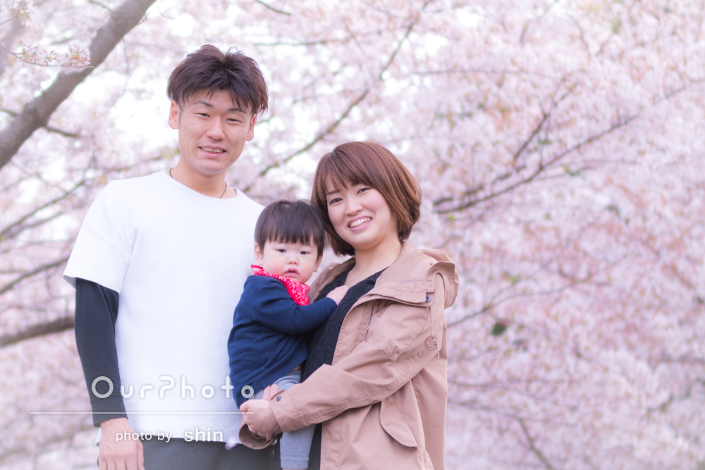「お陰様で希望以上の写真」ふんわりピンクの桜と一緒に、家族写真の撮影