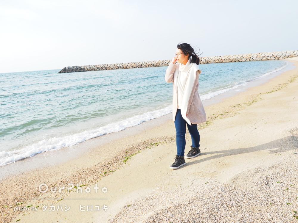「お話もとても楽しかったです」海岸でナチュラルなプロフィール写真