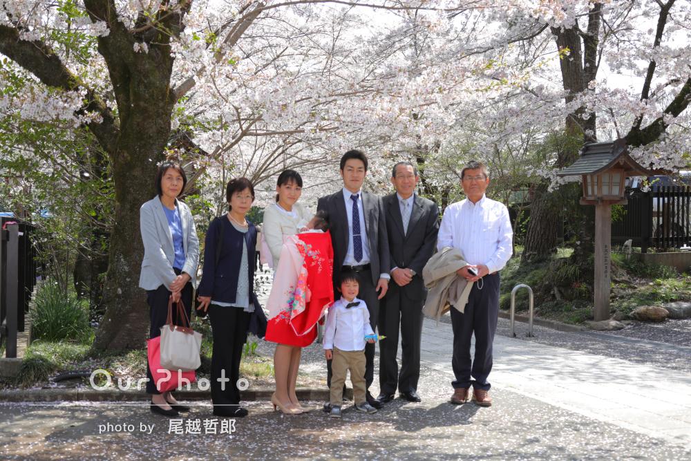 桜と一緒に、季節感あふれるお宮参りの撮影