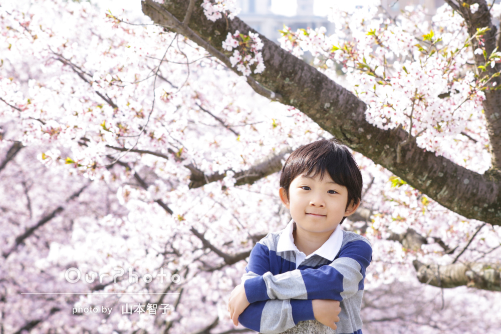リラックスして自然な笑顔!桜と一緒に入学記念の撮影