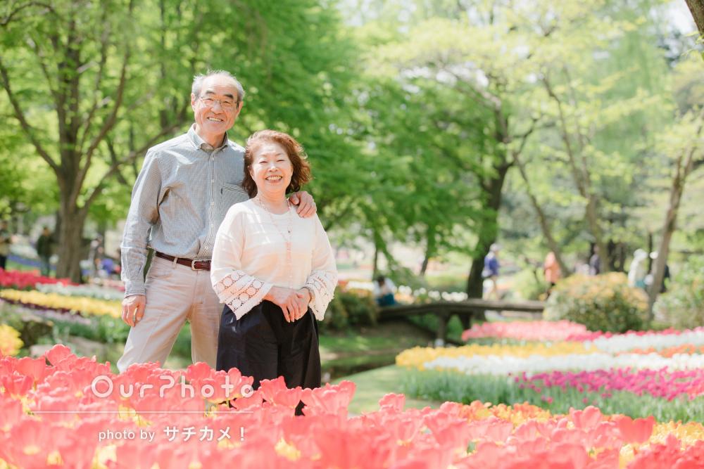 緑や花に囲まれて、ご夫婦の家族写真の撮影