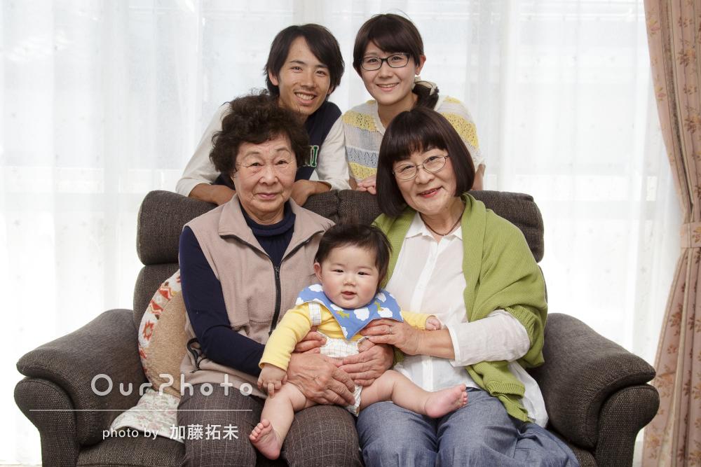 赤ちゃんにっこり!初節句のお祝いに明るい家族写真の撮影