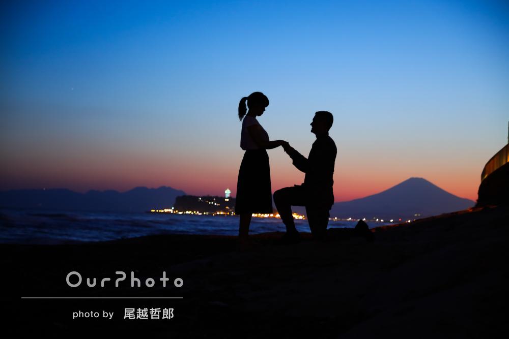 夕暮れ時のビーチで幻想的なエンゲージメントフォトの撮影