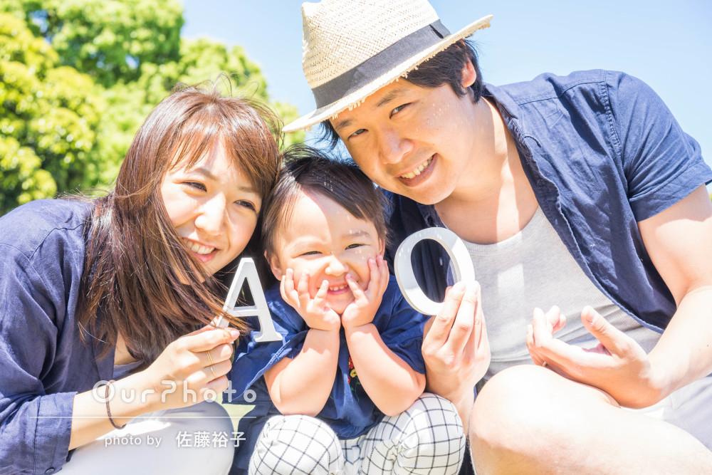 笑顔がキュート!初夏の風吹く港で爽やかな家族写真の撮影