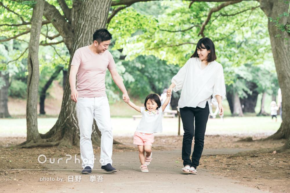 「人見知りのこどももすぐ慣れて良い雰囲気」緑の中で家族写真
