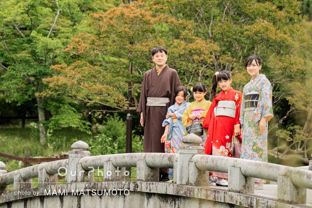 色鮮やかな和装で!三姉妹が楽しそうな家族写真の撮影