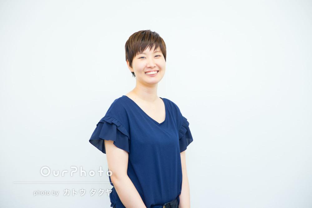 室内で笑顔が素敵なビジネス用プロフィール写真