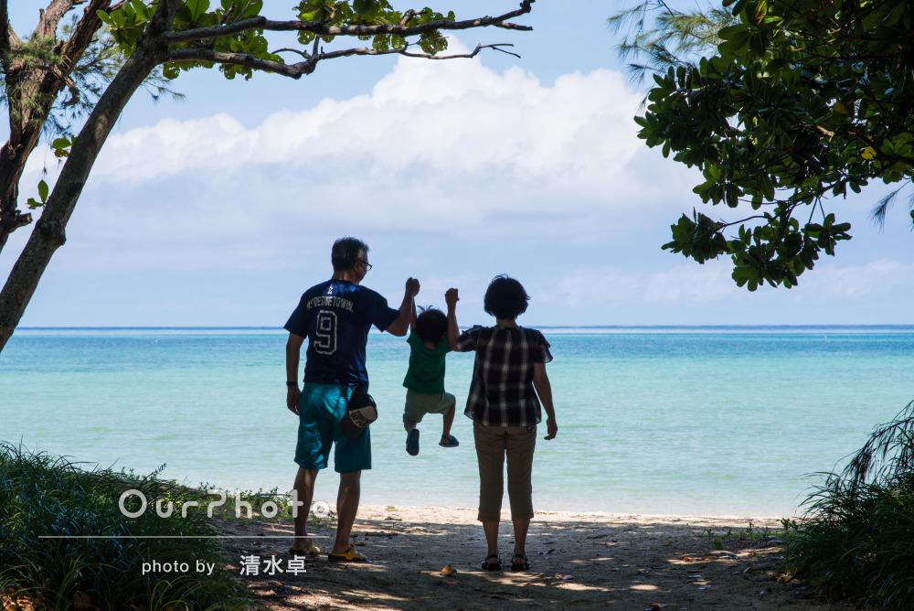 家族3人で楽しく沖縄らしさ満載の家族写真の撮影