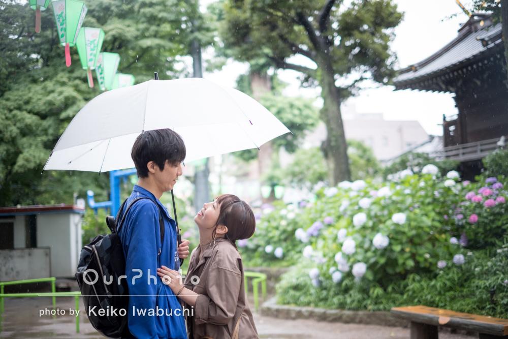梅雨の雰囲気が素敵なムードを演出!結婚記念日に紫陽花とカップルフォト