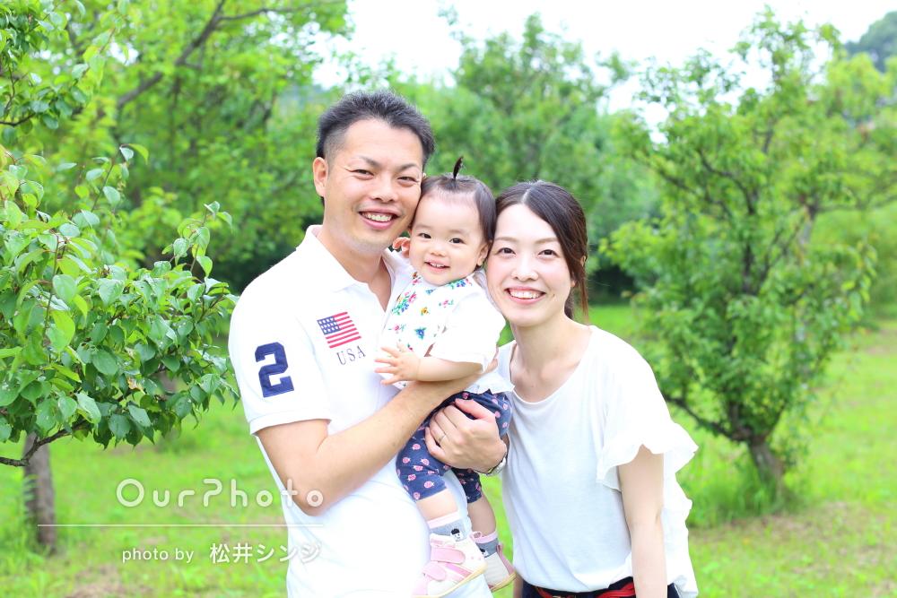 「娘も…ずっとご機嫌で感謝」お子様の1歳記念に緑いっぱい家族写真の撮影