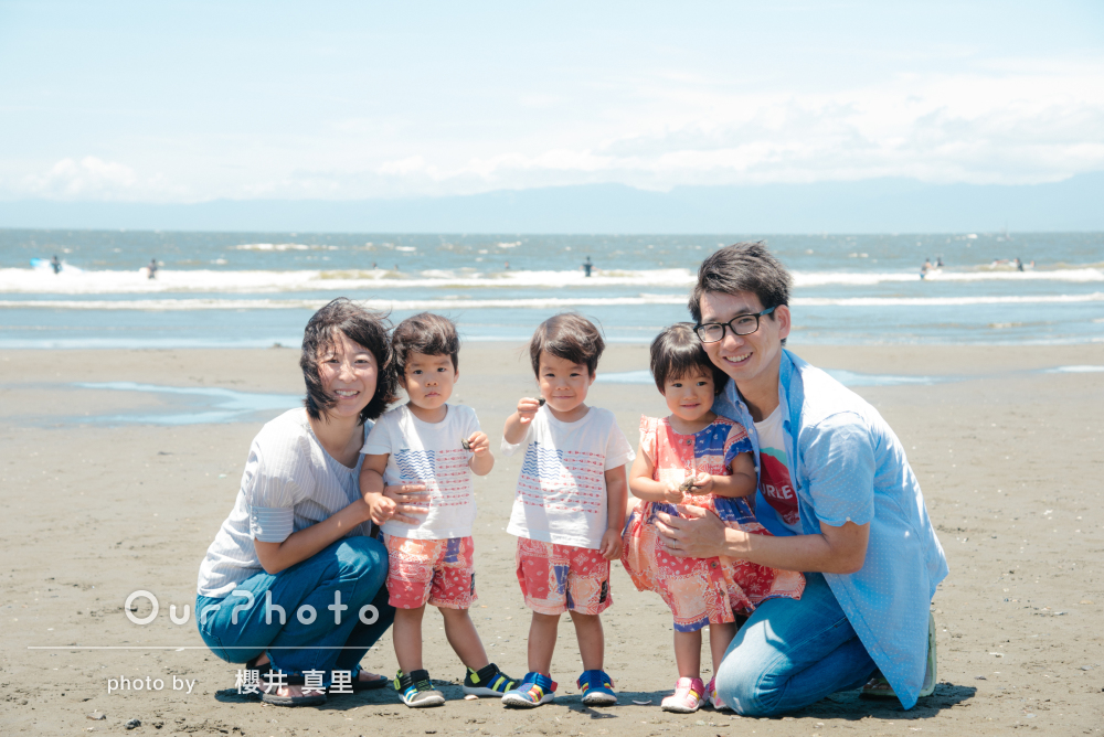 お子様とご夫婦それぞれのリンクコーデがステキ!海辺で家族写真の撮影