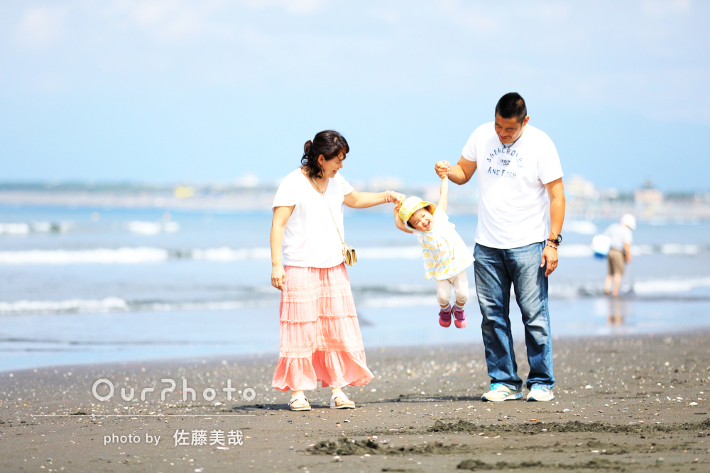 大好きな海をバックに、お子様2歳の誕生日記念で家族写真