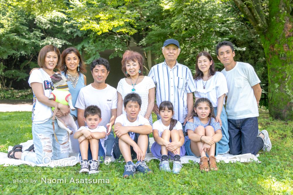 「素敵な写真」家族11人で集まって記念写真の撮影
