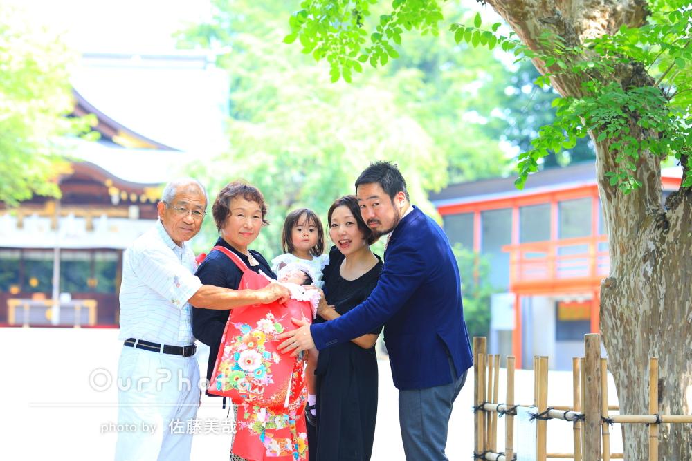 「いつも通りの自然な笑顔」神社でお宮参りの撮影