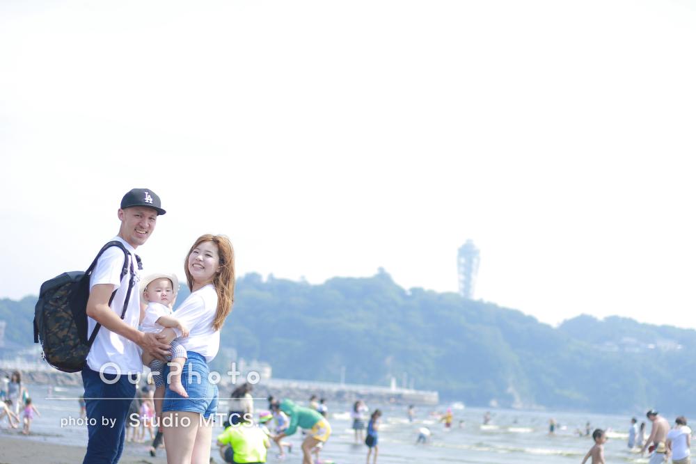 「大好きな場所で」初めての家族旅行で記念のカジュアルフォト
