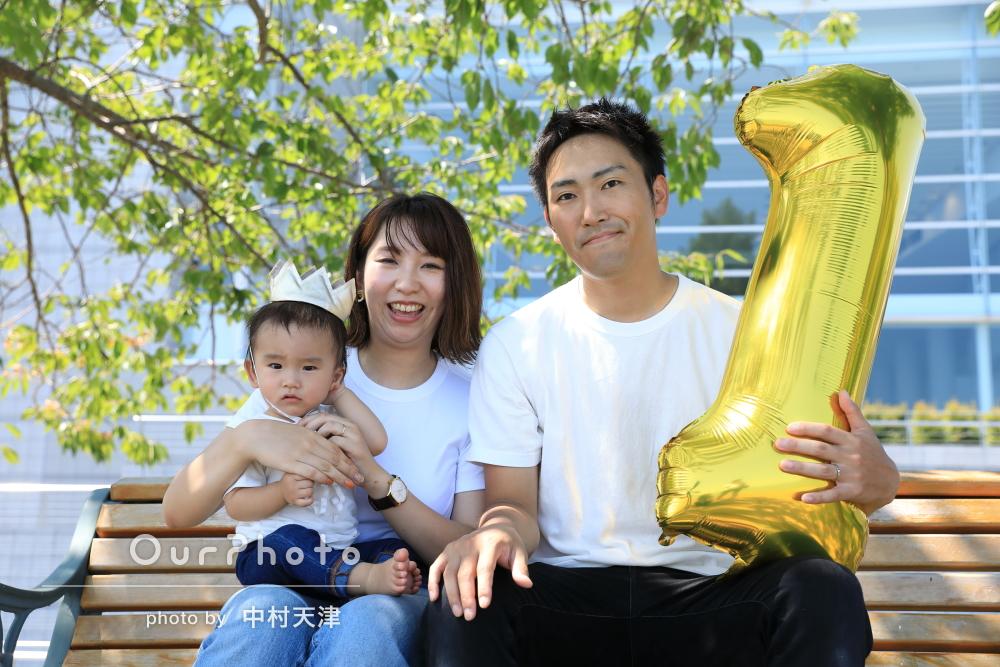 「緊張が和らぎました」白コーデで1歳記念の家族写真