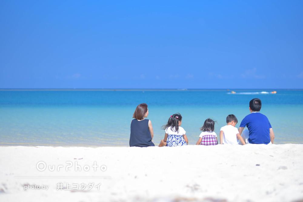 「大満足」沖縄旅行の記念にビーチでファミリーフォト
