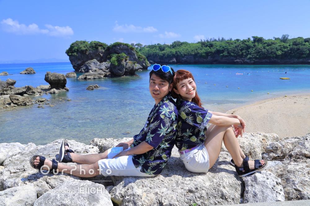 おそろいの衣装で!沖縄のビーチでエンゲージメントフォト