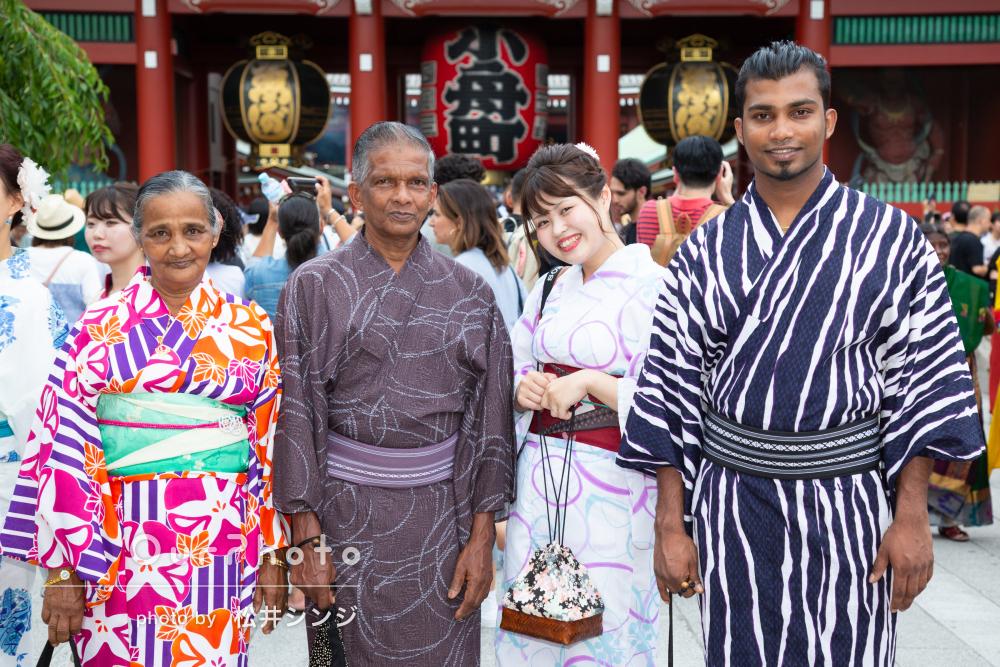 日本へ旅行に来たご家族と浴衣を着て浅草で旅行フォト