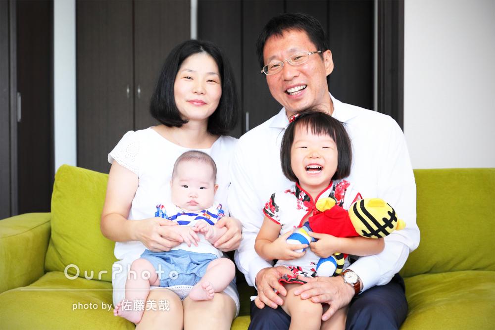 見ているとほっこりする自然な雰囲気の家族写真の撮影