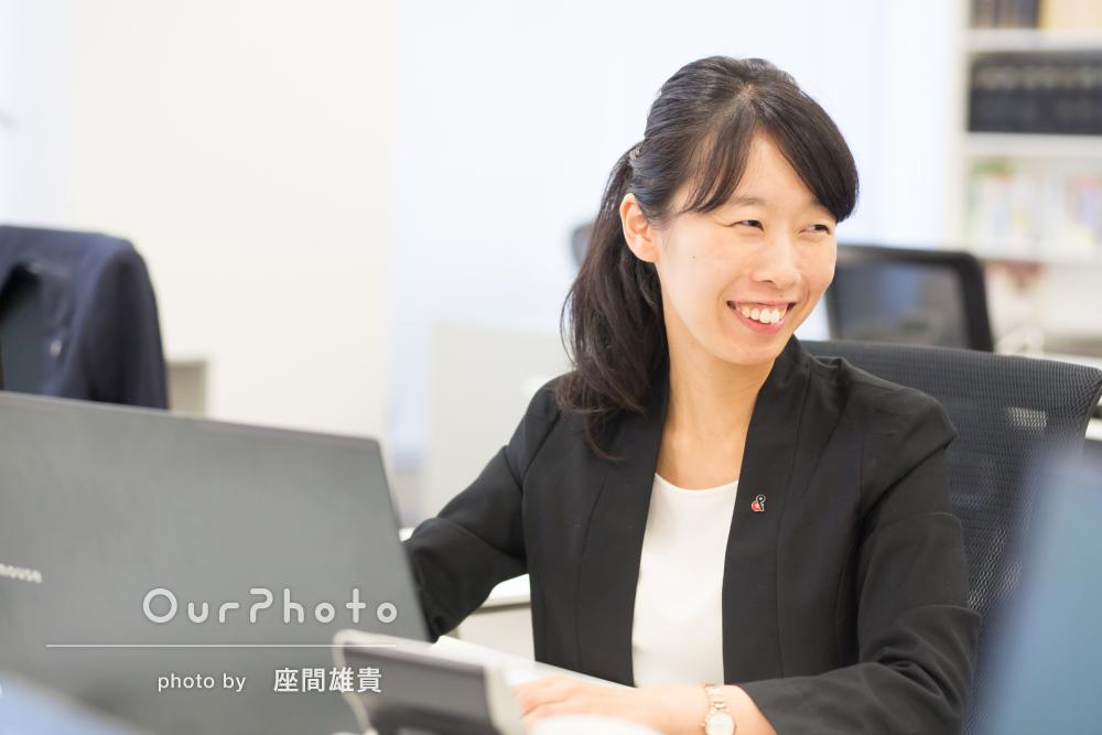 オフィスでビジネス用のプロフィール写真を撮影