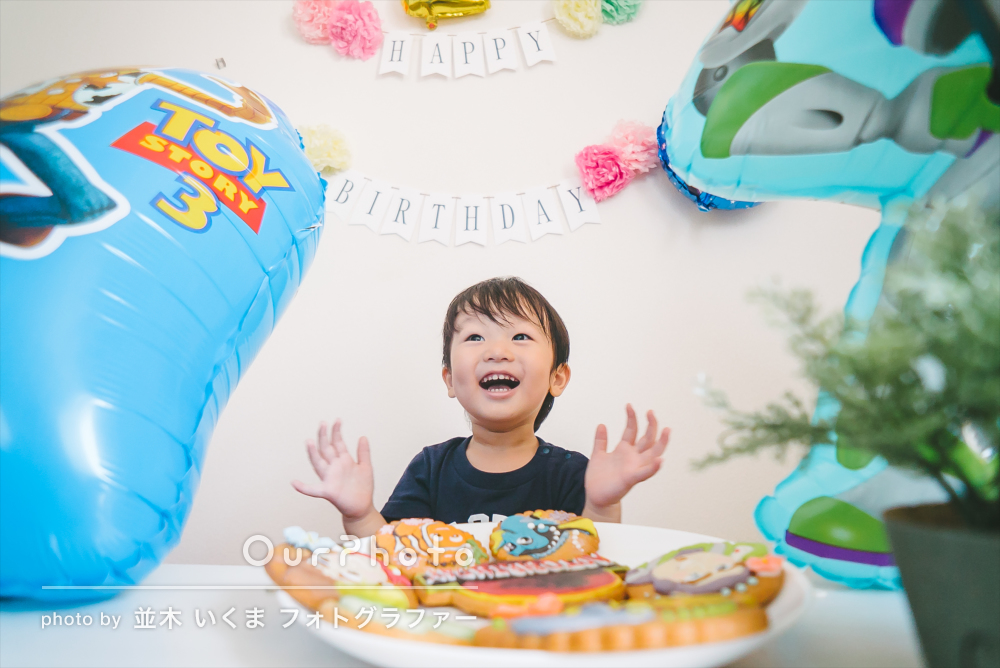 元気いっぱい!お家や公園で2歳のお誕生日記念写真