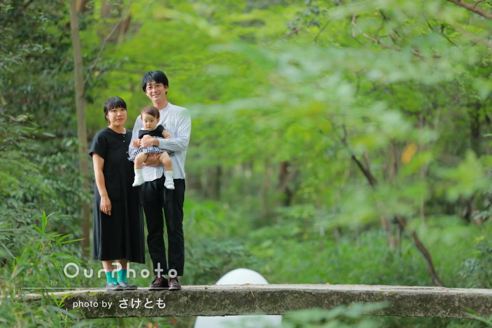 緑のなかで癒されながらリラックスして家族写真の撮影