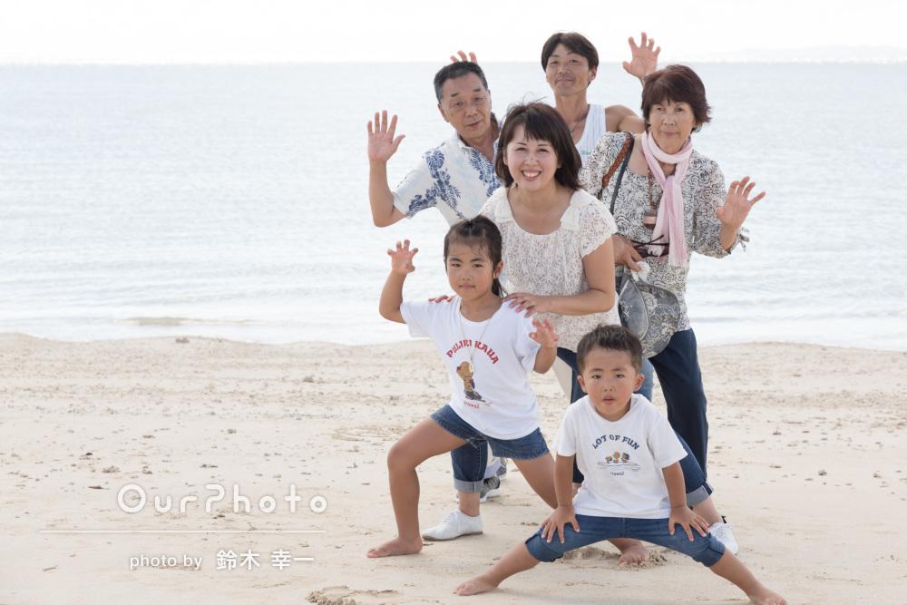 おじいちゃん、おばあちゃんも!沖縄のビーチで3世代の家族写真