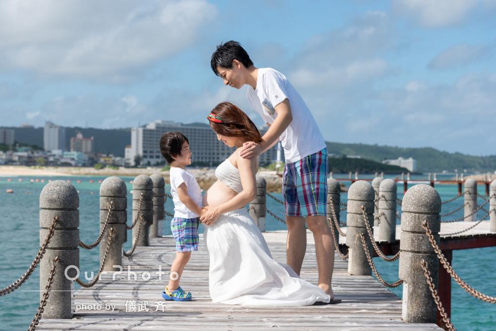 爽快ビーチで仲良く!家族みんなでマタニティフォトの撮影