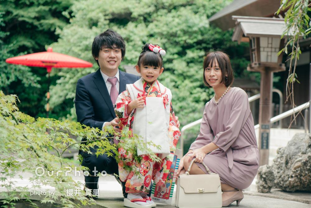 「楽しく撮影」神社で3歳の七五三詣りの記念撮影