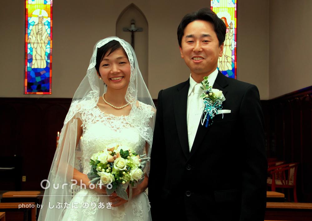 教会で家族みんなで温かく厳かな結婚式の撮影