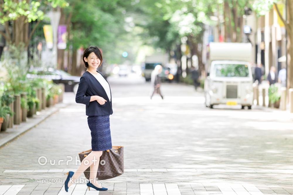 緑あふれる街中でバリエーション豊富な女性のビジネスプロフィール