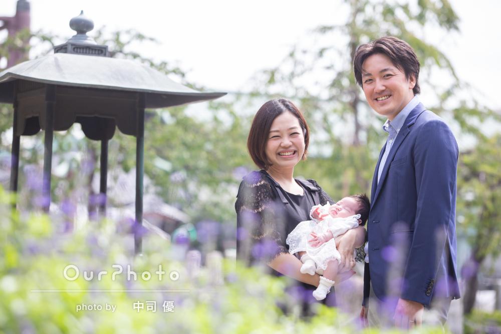 家族みんな笑顔!花や緑と季節感あふれるお宮参りの出張撮影