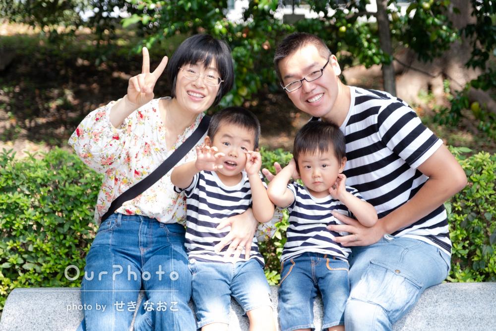 「どれを家に飾ろうか迷う」元気いっぱい家族写真の撮影