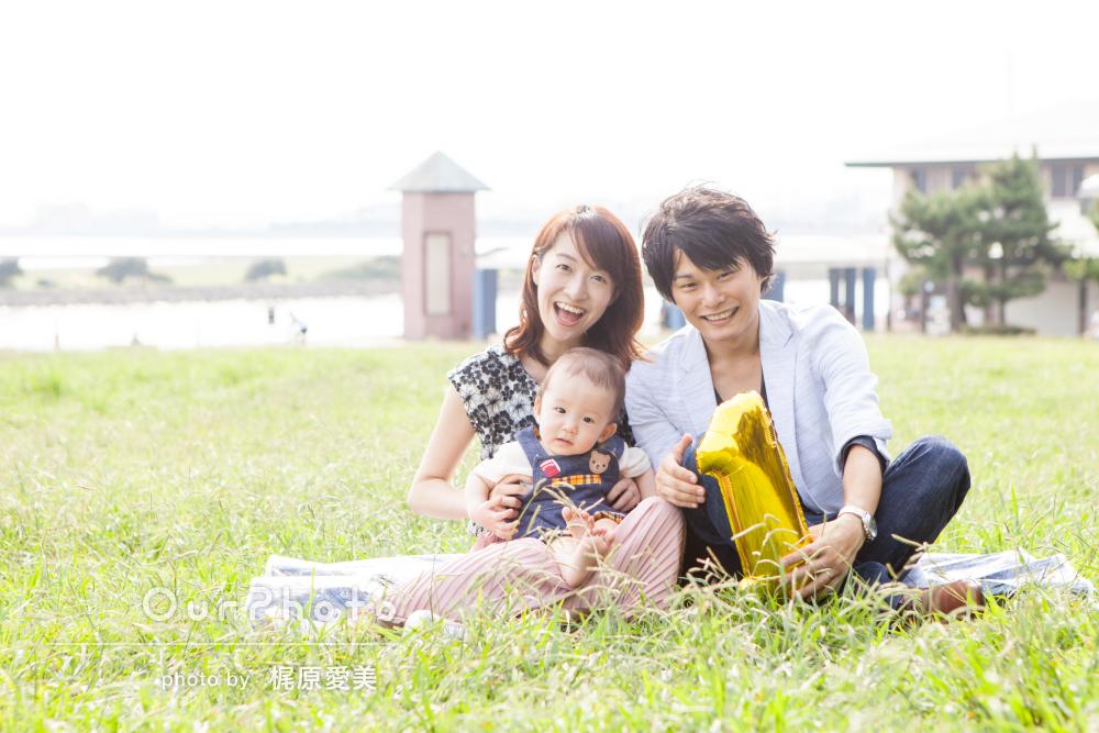 「芝生の上でおしゃれな写真を」1歳記念に家族でカジュアルフォト