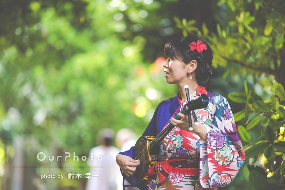 沖縄の伝統衣装で自然に囲まれたプロフィール写真の撮影