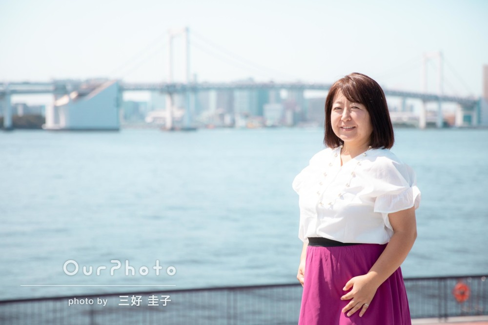 港町で爽やかに!明るく晴れやかな雰囲気のSNSプロフィール写真