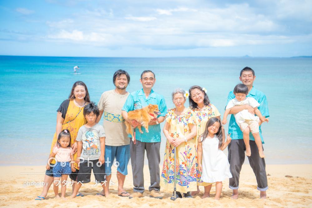 沖縄の海に大集合!ワンちゃんも一緒に!みんなが笑顔の家族写真