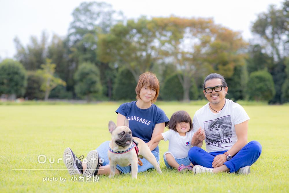公園で愛犬とのびのび自然な家族写真の撮影