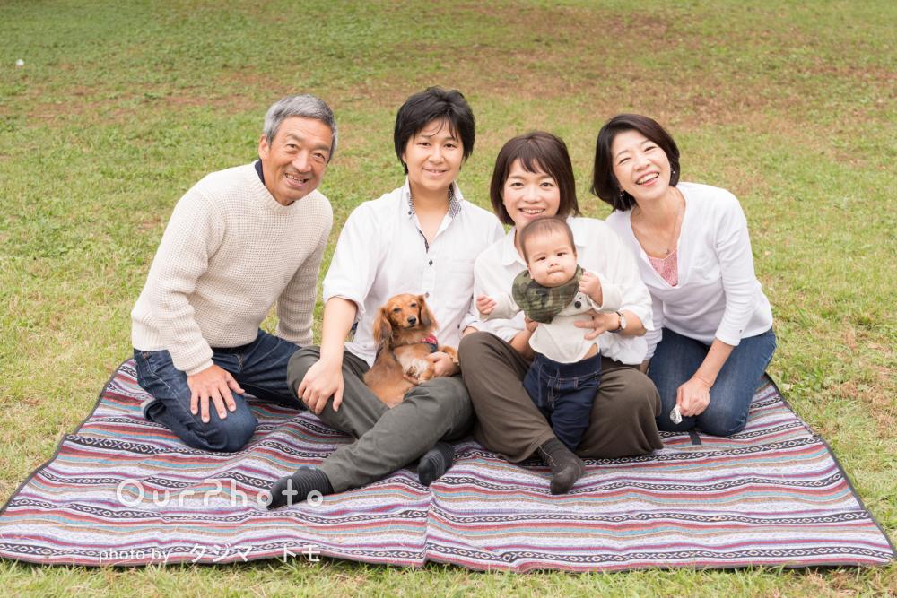 祖父母様もペットも一緒に!ハーフバースデイ記念の家族写真の撮影